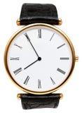 Fem minuter till åtta klockan på visartavlaarmbandsuret Royaltyfria Bilder