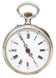 Fem minuter till fem klockan på den retro klockan för visartavla Royaltyfri Fotografi