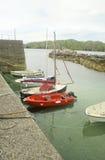 Fem nöjefartyg som förtöjas på Lewis, Skottland Royaltyfri Fotografi
