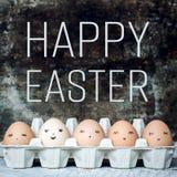 Fem naturliga gulliga easter ägg med framsidor, retro lyckliga easter Royaltyfri Fotografi