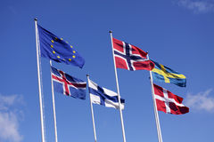 Fem nordiska flaggor på flaggstång med EU-flaggan Danmark, Sverige, Norge, Finland, Island och europeisk union Arkivfoto