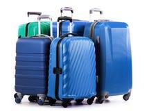 Fem plast- resväskor på vit Royaltyfria Foton