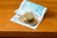 Fem pund i ett pund mynt och ny 5 pund anmärkning Royaltyfria Foton