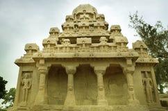 Fem rathas som är komplexa med i Mamallapuram, Tamil Nadu, Indien Arkivfoto