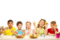 Fem roliga barn med färgglade östliga ägg arkivfoto