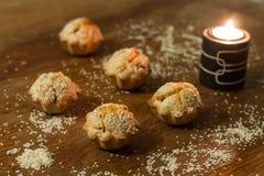 Fem salta muffin nära undersöker på den wood tabellen Royaltyfri Fotografi