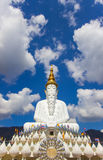 Fem sittande buddha statyer på Wat Pha Sorn Kaew Arkivfoton