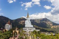 Fem sittande buddha statyer på Wat Pha Sorn Kaew Royaltyfri Foto