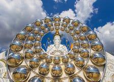 Fem sittande Buddhastatyer och rund arkitektur på Wat Pha Sorn Kaew Arkivfoton