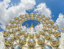 Fem sittande Buddhastatyer och rund arkitektur på Wat Pha Sorn KaewWat Phra Thart Pha Kaewin Khao Kho, Phetchabun, nord-ce Royaltyfri Foto
