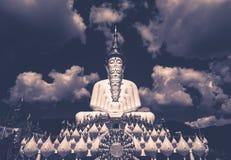 Fem sittande Buddhastatyer och rund arkitektur på Wat Pha Sorn KaewWat Phra Thart Pha Kaewin Khao Kho, Phetchabun, nord-ce Arkivfoton