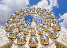 Fem sittande Buddhastatyer och rund arkitektur på Wat Pha Sorn KaewWat Phra Thart Pha Kaewin Khao Kho, Phetchabun, nord-ce Arkivfoto