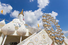 Fem sittande Buddhastatyer och rund arkitektur på Wat Pha Sorn KaewWat Phra Thart Pha Kaewin Khao Kho, Phetchabun, nord-ce Arkivbild