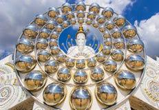 Fem sittande Buddhastatyer och rund arkitektur på Wat Pha Sorn KaewWat Phra Thart Pha Kaewin Khao Kho, Phetchabun, nord-ce Fotografering för Bildbyråer
