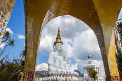 Fem sittande Buddhastatyer på Wat Pha Sorn KaewWat Phra Thart Pha Kaewin Khao Kho, Phetchabun, nord-central Thailand Arkivbilder
