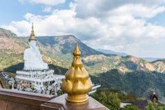 Fem sittande Buddhastatyer på Wat Pha Sorn KaewWat Phra Thart Pha Kaewin Khao Kho, Phetchabun, nord-central Thailand Royaltyfria Bilder