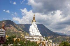 Fem sittande Buddhastatyer på Wat Pha Sorn KaewWat Phra Thart Pha Kaewin Khao Kho, Phetchabun, nord-central Thailand Royaltyfri Bild