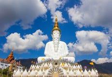 Fem sittande Buddhastatyer på Wat Pha Sorn KaewWat Phra Thart Pha Kaewin Khao Kho, Phetchabun, nord-central Thailand Royaltyfri Fotografi