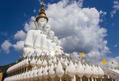 Fem sittande Buddhastatyer på Wat Pha Sorn KaewWat Phra Thart Pha Kaewin Khao Kho, Phetchabun, nord-central Thailand Arkivfoton