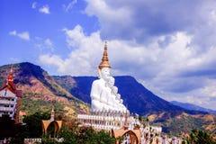 Fem sittande Buddhastatyer på Wat Pha Sorn KaewWat Phra Thart Pha Kaewin Khao Kho, Phetchabun, nord-central Thailand Royaltyfria Foton