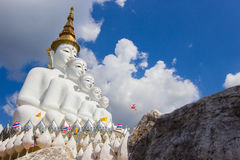Fem sittande Buddhastatyer på Wat Pha Sorn KaewWat Phra Thart Pha Kaew Royaltyfri Bild