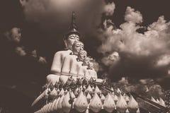 Fem sittande Buddhastatyer på Wat Pha Sorn KaewWat Phra Thart Pha Kaew Royaltyfria Bilder