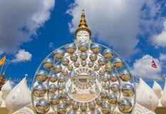 Fem sittande Buddhastatyer på Wat Pha Sorn KaewWat Phra Thart Pha Kaew Arkivfoton