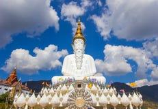 Fem sittande Buddhastatyer på Wat Pha Sorn KaewWat Phra Thart Pha Kaew Royaltyfria Foton