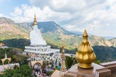 Fem sittande Buddhastatyer på Wat Pha Sorn KaewWat Phra Thart Pha Kaewin Khao Kho, Phetchabun, nord-central Thailand Arkivbild