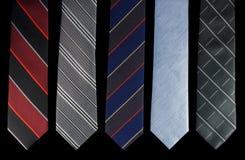 Fem slipsar är olika färger Royaltyfri Fotografi