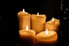 Fem stearinljus som bränner i mörkret Royaltyfri Bild