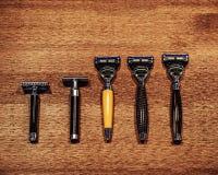Fem stilfulla rakknivar på det trärable ovanför sikt royaltyfri bild