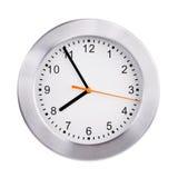 Fem till åtta på en klockaframsida Arkivbilder