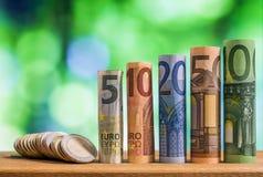 Fem, tio, tjugo, femtio och hundra euro rullande räkningbankn arkivbild
