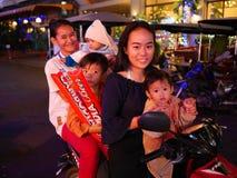 Fem unga asiatiska kvinnor på en sparkcykel Royaltyfria Bilder
