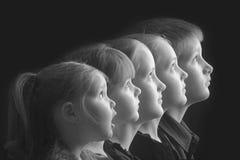 Fem ungar i rad Arkivfoto