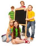 Fem ungar med blackboarden Royaltyfri Bild