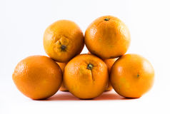 Fem utmärkt färgade apelsiner på en vit bakgrund - bekläda och dra tillbaka bredvid de Royaltyfri Fotografi