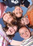 fem vänbråte som skrattar dumbom Arkivbild