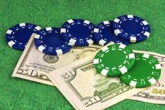 Fem värdefulla tillgångar och två gröna chiper ligger på räkning för dollar två femtio Royaltyfria Foton