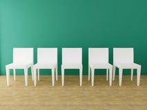 Fem vita stolar i rummet Royaltyfria Bilder