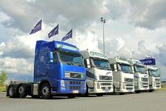 Fem Volvo lastbiltraktorer royaltyfri fotografi
