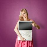 Femaile in roze met open laptop Royalty-vrije Stock Foto