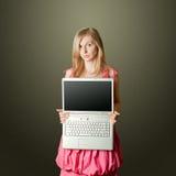 Femaile in roze met open laptop Royalty-vrije Stock Foto's