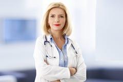 Femal doktorsstående Arkivfoto