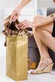 Femal passa l'imballaggio fuori del sacchetto di acquisto Immagini Stock Libere da Diritti
