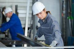 Femal pracownika fabrycznego pomiarowy metal obrazy royalty free
