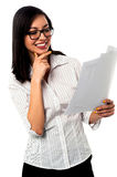 Female analyzing annual business reports Royalty Free Stock Photos