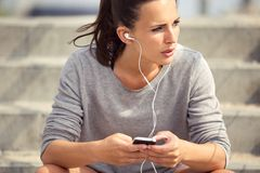 Female Athlete Listening to MP3 Music Royalty Free Stock Photography