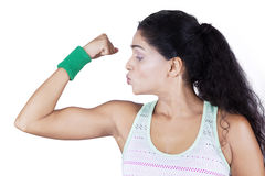 Female athlete shows her muscle Stock Photography